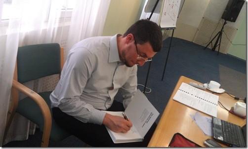 Алекс Левитас подписывает книгу Больше денег от Вашего бизнеса